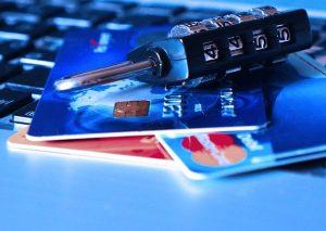 Kłódka leżąca na kartach płatniczych