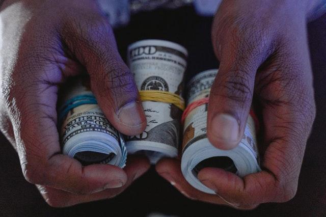 pieniądze trzymane w dłoniach