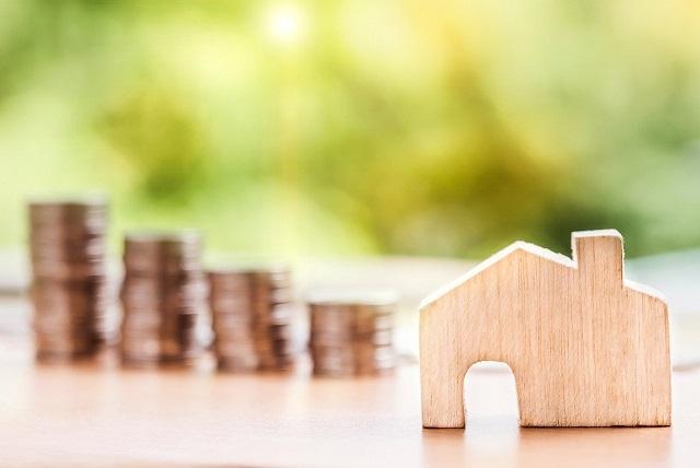 Drewniany domek i pieniądze